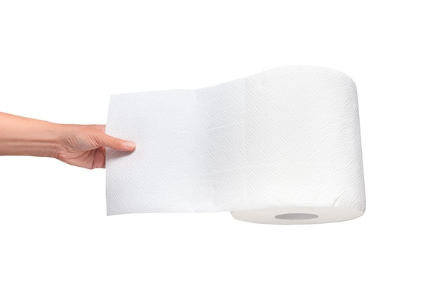 Mano della donna che tira il rotolo del tovagliolo di carta isolato su bianco