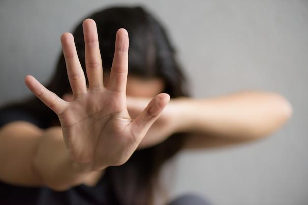 Segno della mano della donna per l'arresto che abusa della violenza, concetto di giorno di diritti umani.