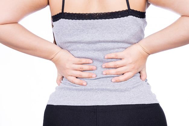 Mano della donna che tocca il dolore alla schiena isolato