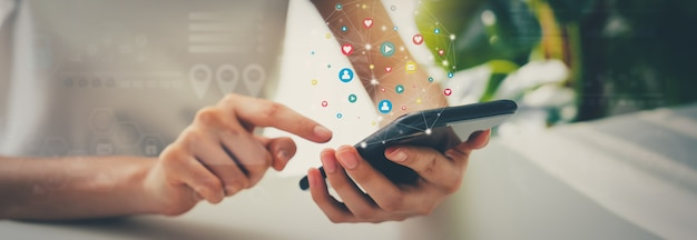 Mano della donna che utilizza smartphone e mostra i social media dell'icona. concetto di tecnologia di rete.
