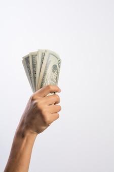 Mano della donna con soldi isolati su priorità bassa bianca
