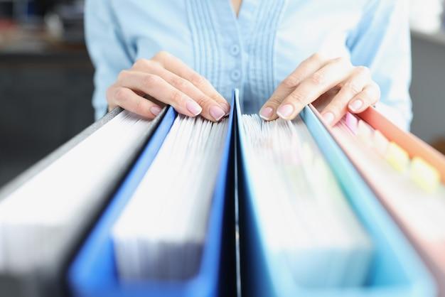 La donna passa sulle cartelle con i documenti