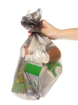 La donna passa la borsa di immondizia della tenuta isolata su bianco