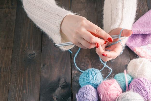 Mani di donna a maglia con ferri da maglia alla moda Foto Premium