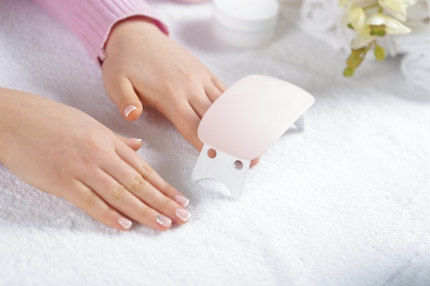 Mani della donna che ricevono un manicure nel salone di bellezza