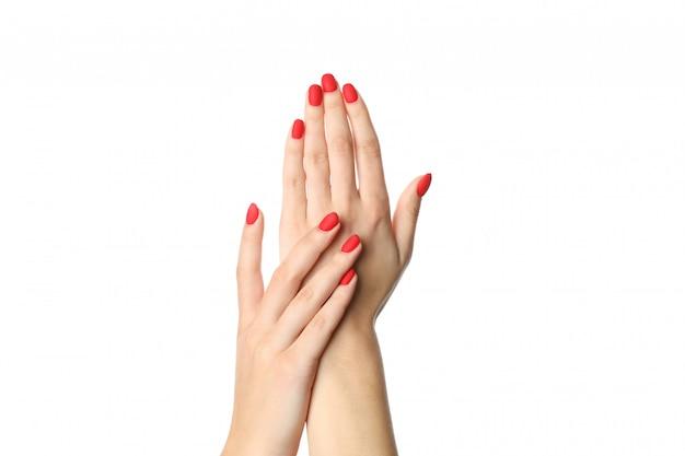 Mani della donna, manicure rosso alla moda isolato su fondo bianco, primo piano. concetto di assistenza sanitaria