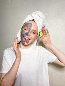 La donna ha applicato una maschera all'argilla grigia