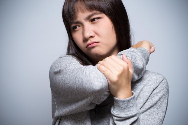 La donna ha dolore al braccio