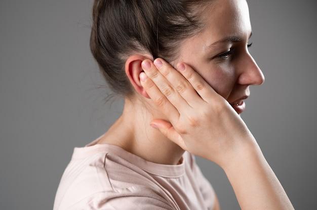La donna ha un orecchio dolorante.