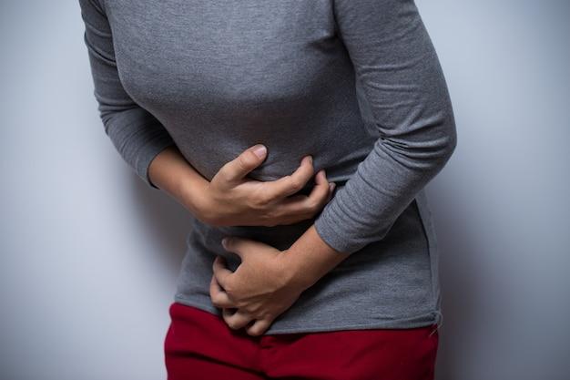 La donna ha mal di stomaco