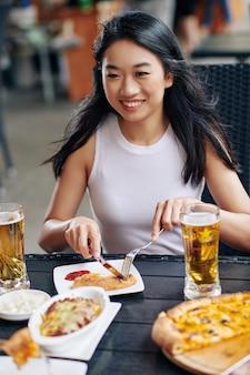 La donna pranza al ristorante