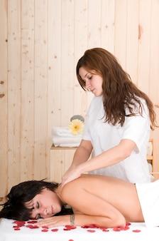 Donna che si prende cura del corpo in una spa o in una sauna