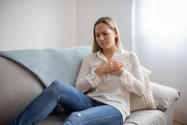 Donna che ha dolore al petto. malattie del sistema respiratorio