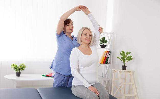 Donna che ha regolazione posteriore chiropratica