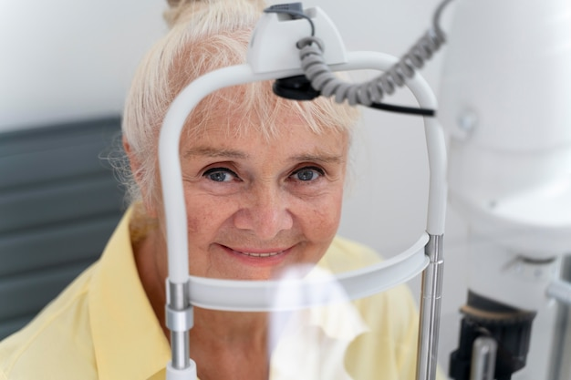 Donna che si sottopone a un controllo della vista in una clinica di oftalmologia