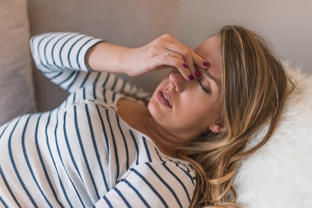 Donna che ha emicrania mal di testa. stress e depressione