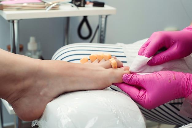 Donna che ha pedicure al salone. pedicure e trattamento per la cura dei piedi. donna che si rilassa al salone,