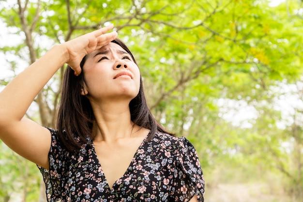 Donna che ha problemi di scottature solari, melasma, lentiggini sulla pelle