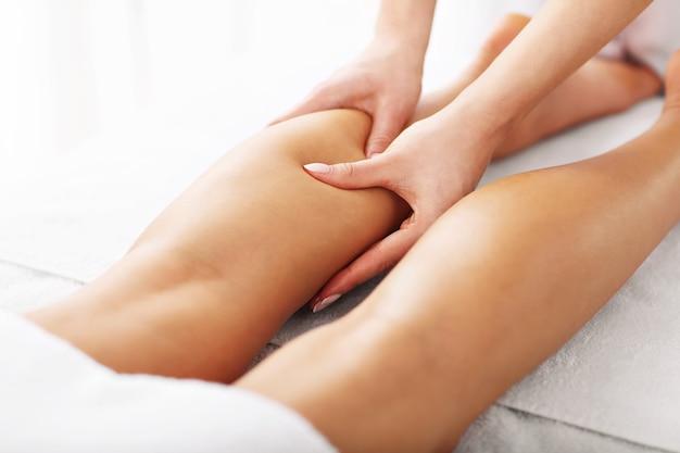 Una donna sottoposta a terapia professionale per le gambe