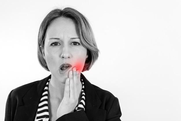 Donna che ha mal di denti