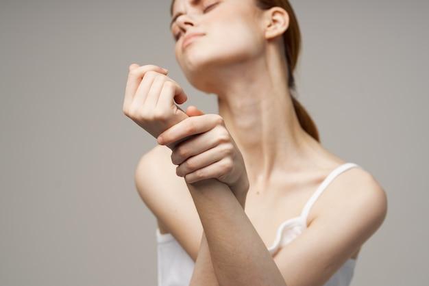 Donna che ha dolore al polso