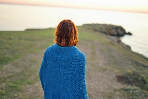 La viandante della donna ammira la vista posteriore del fiume del paesaggio della natura