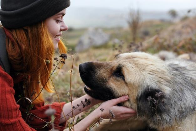 Natura della viandante della donna che gioca con l'amicizia di viaggio del cane