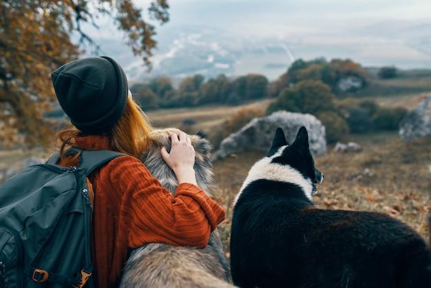 Escursionista della donna in natura con viaggi avventura di cani