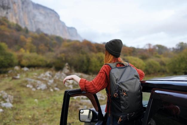 Viandante della donna vicino alle montagne di natura viaggio viaggio in auto
