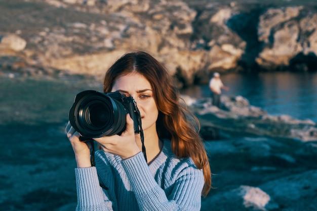 Donna escursionista fotografo professionista paesaggio montagne rocciose natura