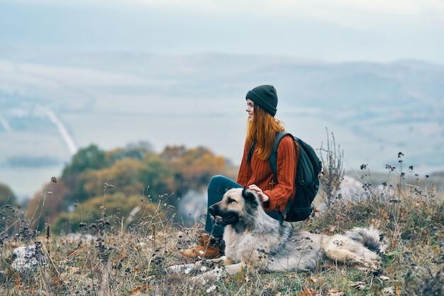 Viandante della donna che gioca con il cane all'aperto montagne natura aria fresca
