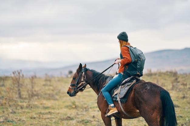 Donna escursionista a cavallo viaggio montagne paesaggio