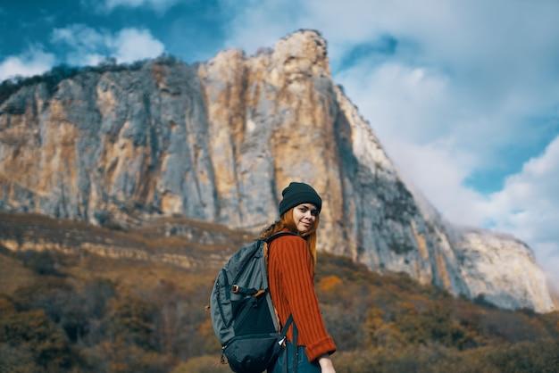 Viandante della donna a piedi le montagne della natura viaggiano libertà