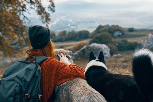 Donna escursionista che cammina cane montagne paesaggio aria fresca natura