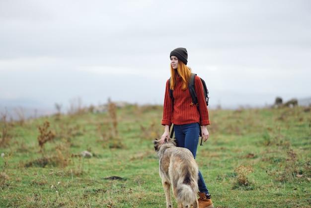 Escursionista donna camminare cane natura montagne viaggio amicizia vacanza
