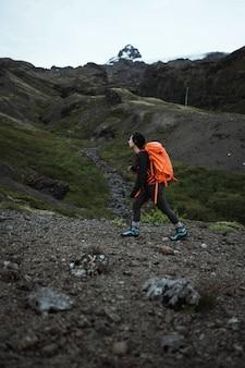 Donna che fa un'escursione sulla costa meridionale dell'islanda