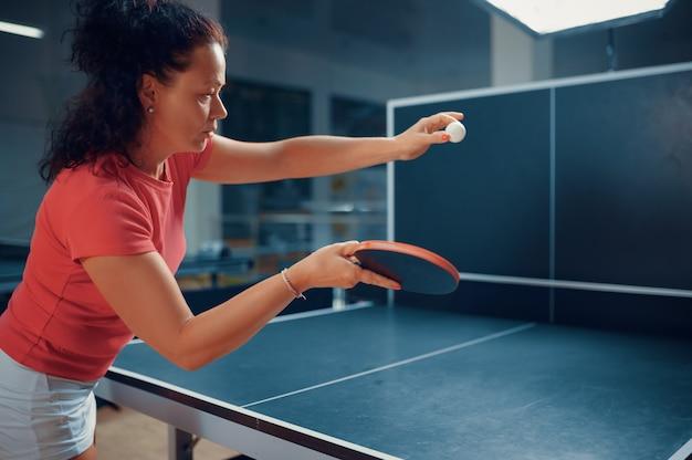 La donna colpisce la palla contro il muro, allenamento di ping pong, giocatore di ping pong