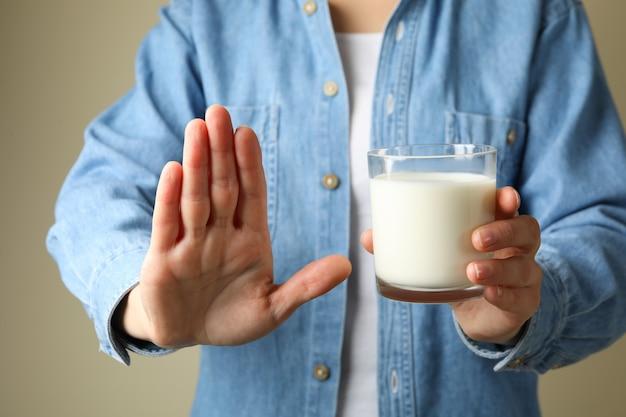 Donna tenere un bicchiere di latte, vista frontale