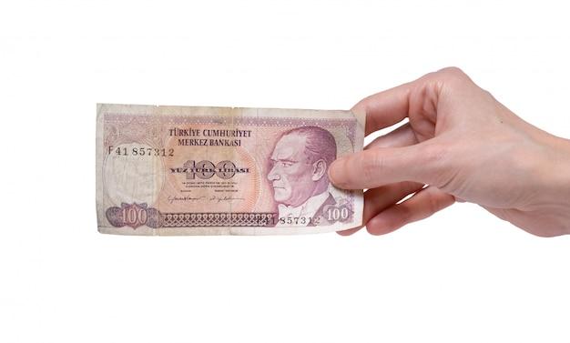 Donna in possesso di una banconota da 100 lire turche del 7 ° gruppo di emissioni datato 1970