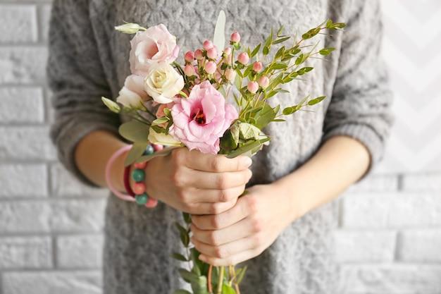 Donna che mantiene bouquet di fiori freschi