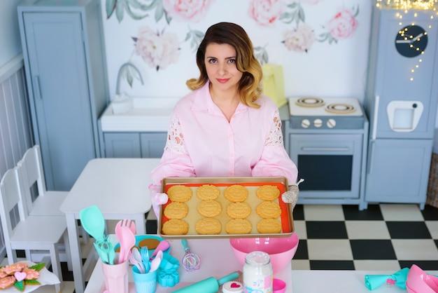 Donna che tiene una torta con i biscotti