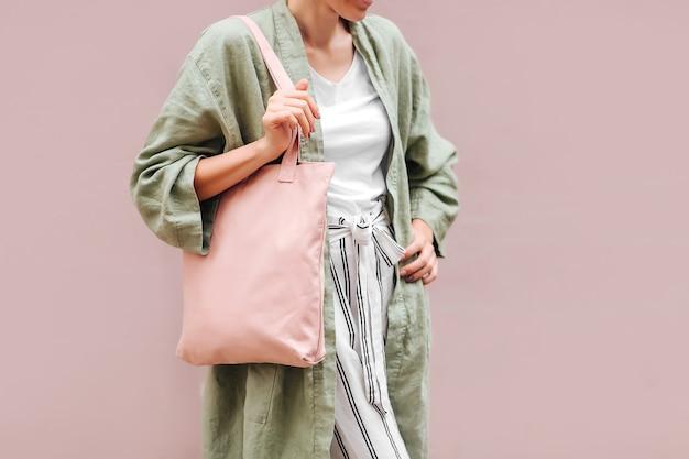 Borsa tote in tela da donna con in mano. borsa ecologica riutilizzabile. concetto ecologico.