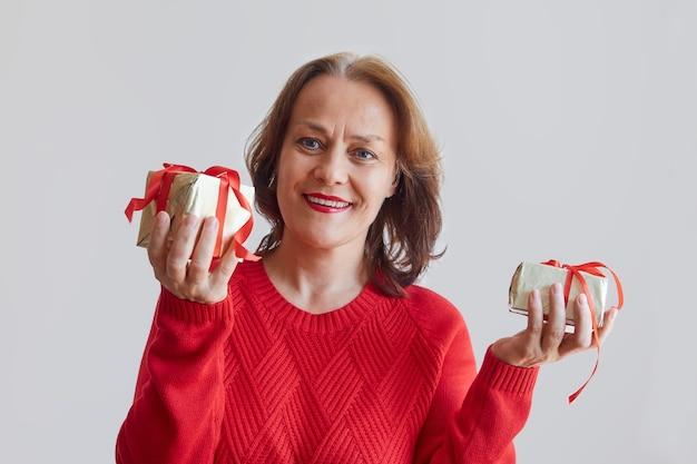 Donna che mantiene i regali di natale