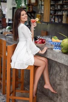 Donna che tiene un cocktail nelle sue mani