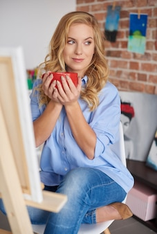 Donna che tiene in mano una tazza di caffè