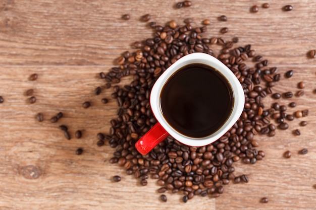 Donna che tiene una tazza di caffè caldo