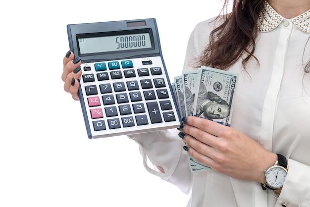 Donna che tiene le banconote e il calcolatore del dollaro isolati