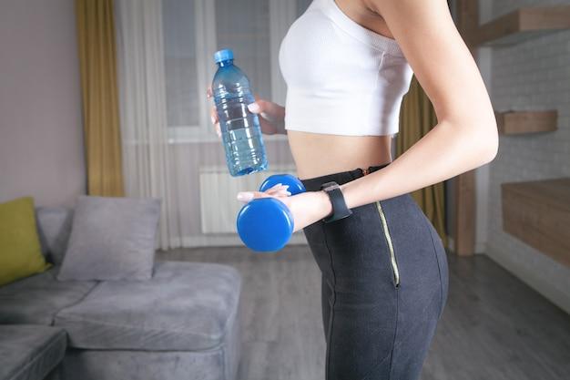 Manubrio della holding della donna. esercizio a casa