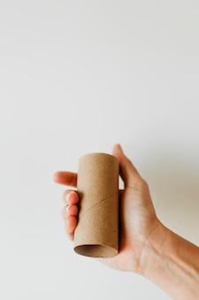 Donna che tiene un rotolo di carta igienica vuoto durante la pandemia di coronavirus