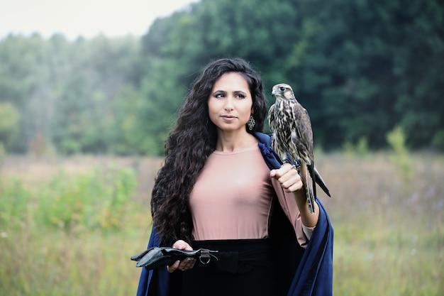 Donna che tiene un falco